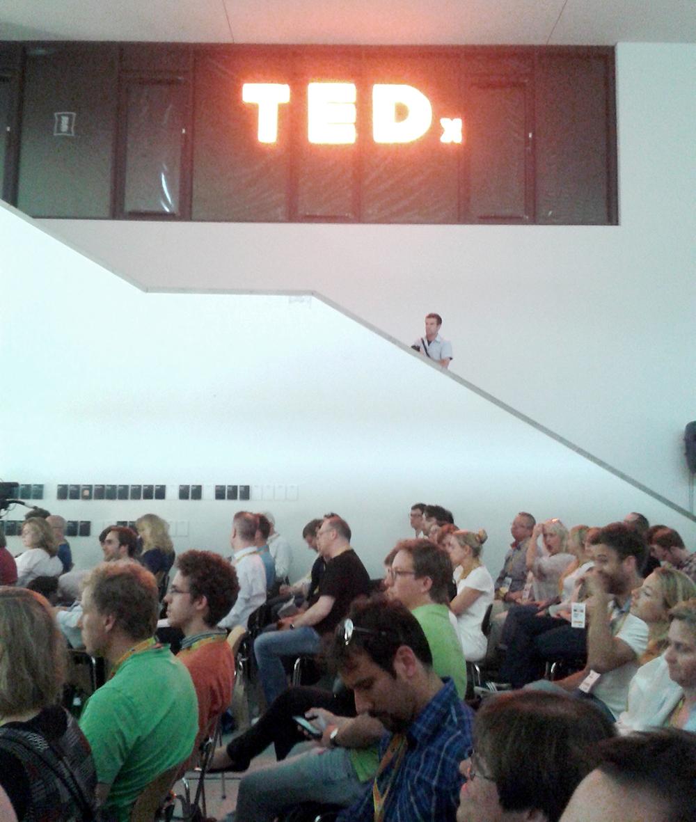 Nicht ganz scharfes Smartphone-Bild vom TEDx-Publikum in Münster. Foto: Heimann